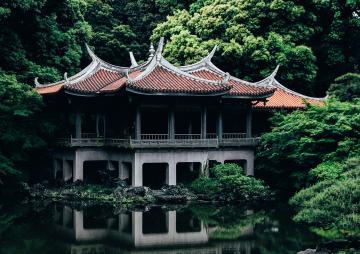 Отражение храма Японии в воде